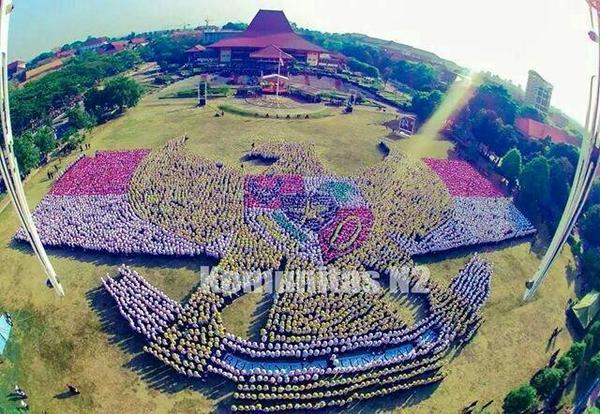 Foto dari Komunitas N2 nih, Formasi Garuda Pancasila oleh 9.100 mahasiswa baru UGM pagi ini! @ppsmb_palapa http://t.co/uTQfJDCcCH