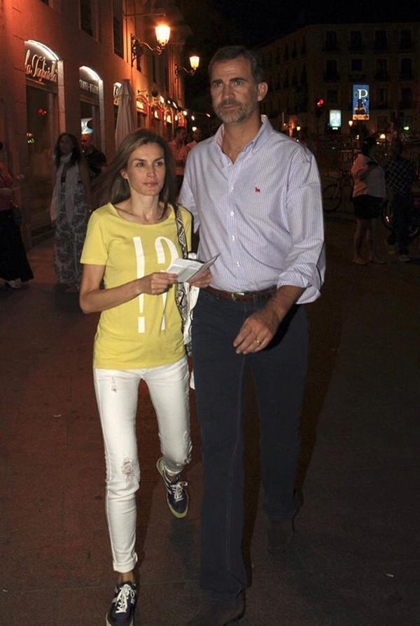 @Casa_ReaI que alguien le diga como debe vestirse una reina de España... Ya esta bien de camisetillas poligoneras http://t.co/NqtL5mRduR