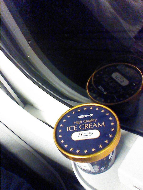 #シンカンセンスゴイカタイアイス …だけど、どうせ16号車とかだと車販回ってくるまでに岡山だわと思ってあらかじめ売店で買ったので、 #シンカンセンソンナニカタクナイアイス になりました。 http://t.co/eosU8yPYGa