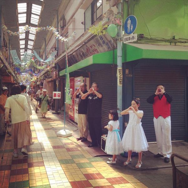 立石フェスタ。商店街のイベントにしては本気すぎるし、いろんな人がそこらじゅうでやりたいことやっていて街がどうかしていた。写真は、老人と子どもの指笛 http://t.co/GnSnATbrux