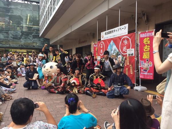 渋谷駅前で名古屋イベントやってた!私おもてなし武将隊に遭遇する確率高いな。姫隊(と市長)おらんくてガッカリしたけど新たにBOYS AND MENなる人たちが!また泣いた! #名古屋 #おもてなし武将隊 #ボイメン http://t.co/QpaV4VgA3J