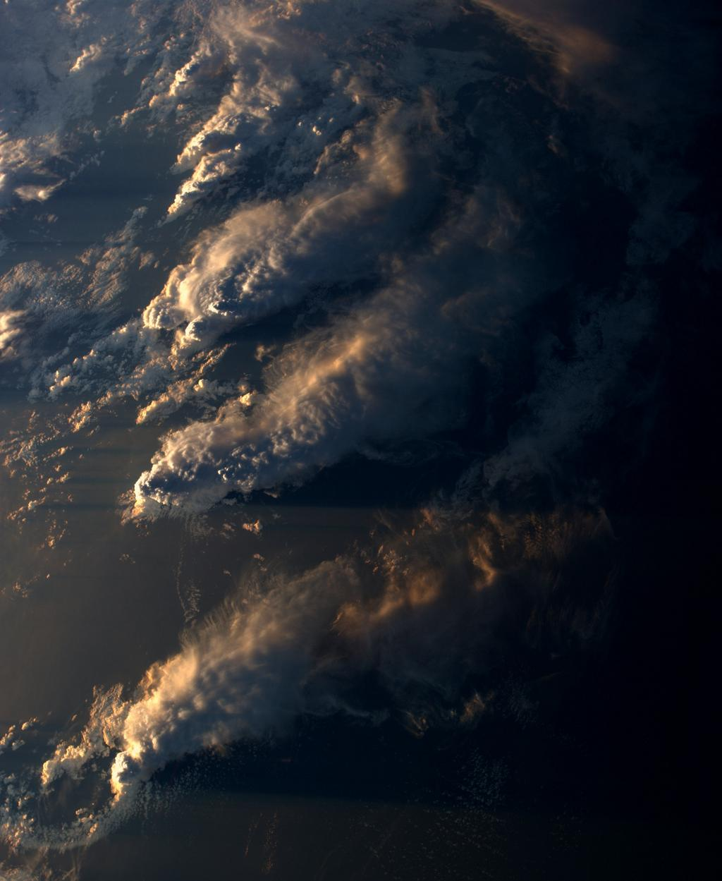 Simply striking. @Astro_Alex: Wolkenschatten / Cloud shadows #BlueDot http://t.co/kGPHzWefhP