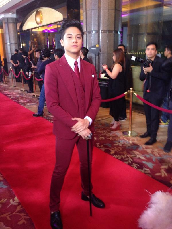 Daniel Padilla Brought A Cane Along At The Red Carpet Of