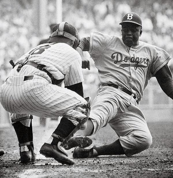 Jackie Robinson stealing home off of Whitey Ford in the 8th inning of Game 1 of the '55 World Series #vintagesport http://t.co/sv5tgT1pku