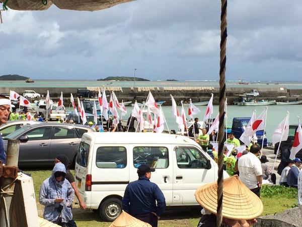 異様な光景。 沖縄戦を生き延びたオバァが横で「信じられない、考えられない」と唖然としてる。 http://t.co/dBkujtig4Z