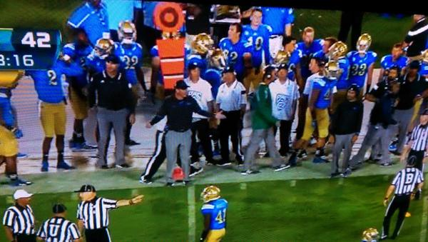 Hey Pac 12 refs, notice a few people on the white line? Why no flag? Sark's 20yd penalty started with this http://t.co/LplLCRQiZ3