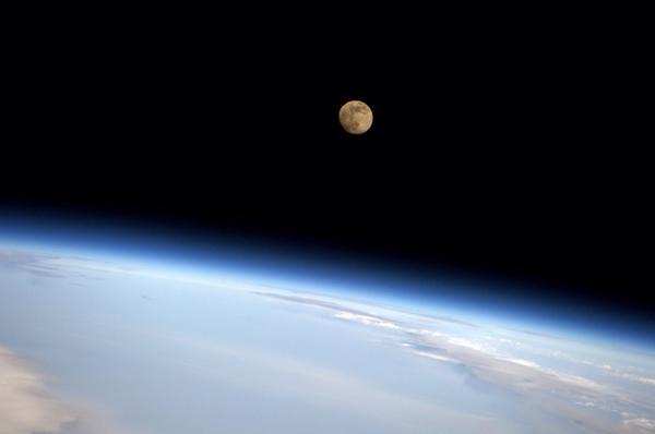 """9/8は十五夜(中秋の名月)、9/9はスーパームーン(月が地球に接近し通常より大きく見える)。年に1回あるかないかの現象だが、今年は7月8月に続き3回目。次のスーパームーンは来年9/28""""@astro_reid: #moonrise http://t.co/MJtFEM2EUY"""""""