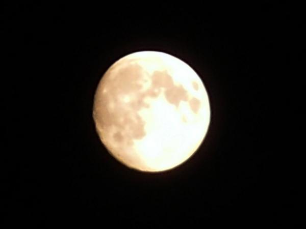 今夜は、十五夜イブ、もしくは、中秋の名月イブ、そして、スーパームーンイブイブ、だそうでして* コンパクトデジカメ&三脚でこんな感じに撮れました^^なう* http://t.co/XqLBecthED