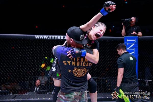 Love this pic!!! @Roxyfighter @InvictaFights @SyndicateMMA @ufc @UFCFightPass #mma #wmma #ufc #jedi http://t.co/fmbPDWTfYm