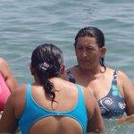 Mareeeecaaaaa ¡PAREN TODO!, Chávez regresó en forma de mujer que va a la playa con las comadres 😱 http://t.co/RIcP2Doyjq