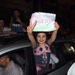 """RT @Mohmmedqatrawi: #صورة لطفلة من غزة خرجت تحتفل بالنصر وانتهاء الحرب،، تقول لكم: """"غزة انتصرت"""" في #غزة، الأطفال بعد الحرب بصيروا أقوى :) http://t.co/GNqf1LvaVw"""