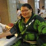 <力士健康診断~血圧編~>カメラ目線の逸ノ城。#sumo http://t.co/r5Uzn4xvKB