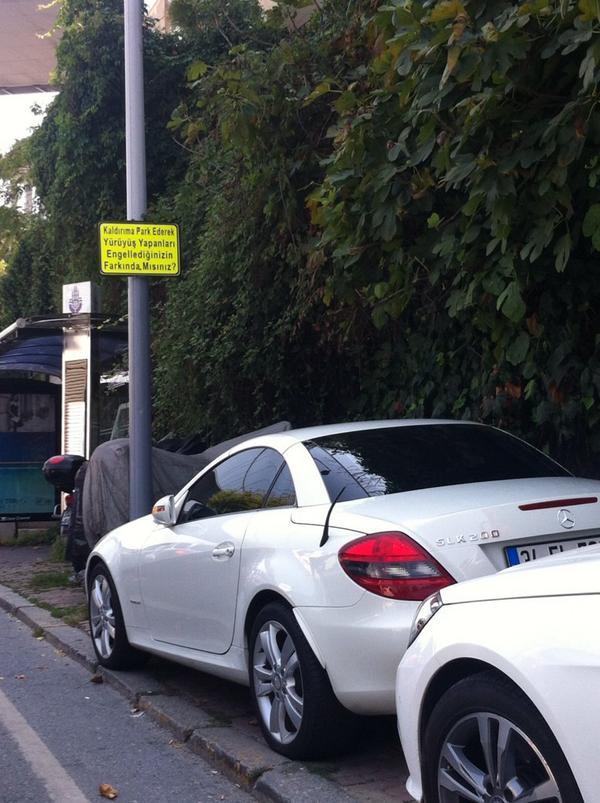 Sen luks arabani kaldirima park edince yasli, engelli, bebek arabali INSANLARIN yurume ozgurlugunu elinden aliyorsun! http://t.co/UnRhvWkUI1