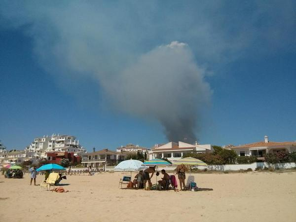 Importante columna de humo en El Portil @elportil_ @PortilEnfurecid @ParaisoPortil @AytoPuntaUmbria http://t.co/luYTqg1SVb
