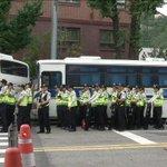 RT @JTBC_news: [JTBC 뉴스9] 청와대 앞 엿새째 농성…유가족 둘러싼 차벽 논란. 바람이 통하지 않는데다 공회전 하는 버스에서 나오는 매연과 소음 때문에 유가족들은 고통 호소. http://t.co/tpdLoorsff http://t.co/miQko7nCpP