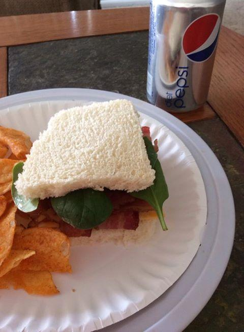 Crust or no crust? No matter. Diet Pepsi. (Lovely lunch, fan Terre) http://t.co/in1MSJYKlL