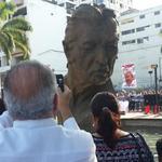 El busto n honor d exalcalde Leon Febre-Cordero, a pocos minutos d inauguracion @eluniversocom http://t.co/Nt6g7T0yOh