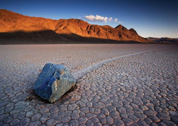 Scientists have finally confirmed how the mysterious sliding rocks of Death Valley move! http://t.co/h9XCBfSbEp http://t.co/ZPXZiK7QZk