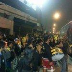 La @SurOscura_EC Haciendo previa afuera del estadio de alianza @barrabravphotos http://t.co/bjf6FNjrUL