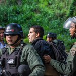 Abogado @JoseVicenteHaro denuncia desaparición de José Davila, manifestante detenido en Santa Fe / Foto: @jdropped http://t.co/9Bf3kwodX4