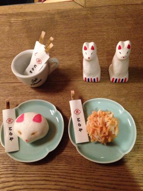 10月1日からカフェキツネ限定で発売になる、KITSUNEととらやのコラボ菓子!見た目もとっても可愛いです。 http://t.co/vjdlUkUuNp