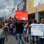 El @mov_estud_lara protesta en Makro y le dice NO al CaptaHuellas  #MaduroPonTuHuellaYRenuncia #YoLoCubro @doricer http://t.co/n9oDEmQiXY
