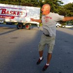 #MarketBasket worker Tommy Aylward leapt in the air as he returned to work http://t.co/VTXopNYbM9 http://t.co/AJn2xdM0Jz