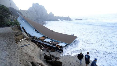 @JimCantore Wow.  RT @latimes Historic California lifeguard building destroyed by huge waves http://t.co/H3iOEo4zqQ  http://t.co/Z8EEr0Fyxj