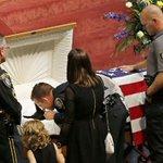 RT @g1: Cão da polícia dos EUA é enterrado com honras após morrer em serviço http://t.co/8o7DOEElxF #G1 http://t.co/W2aP2NzRxd