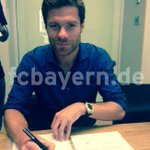 Heres Xabi putting pen to paper on his Bayern deal. (via @FCBayern) http://t.co/ssiIHw55jN