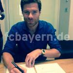 Pic: Xabi Alonso signing his contract with Bayern. http://t.co/zAVAiPvIwn