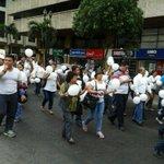 Son unos 50 marchantes que avanzan hacia el edificio @CFN_ECUADOR, en av. 9 Octubre y Pedro Carbo. vía @giselacosta_a http://t.co/5wbGW6xke7
