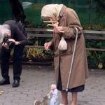 RT @sabo_reco: おばあちゃんがおばあちゃん操り人形を操ってリスにエサをあげています。 http://t.co/W6SVe8blLv