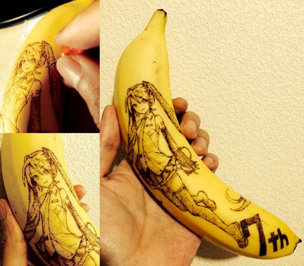 ピンでバナナの皮を刺し変色させて、初音ミクV3を彫ってみた。 針の深さは0.5mm~1mmほどの点の集合体。 ハッピーバースデー。 #初音ミク誕生祭 #初音ミク生誕祭 #初音ミク #バナナート http://t.co/oCyUOeUr5N