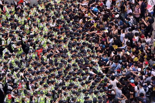 """구조는 등신인데 막는건 귀신이다. """"@OhmyNews_PHOTO: '청와대로 절대 못가!' 결사적으로 막는 경찰들 [사진 더보기] http://t.co/f5fuQMrI77 http://t.co/KSYuOfv2Eu"""""""