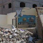 وسيبقى #الأقصى..بإذن الله #صورة بيت دمر بالكامل وبقي جدار عليه صورة الأقصى المبارك ..#غزة http://t.co/UatLhqU4vu