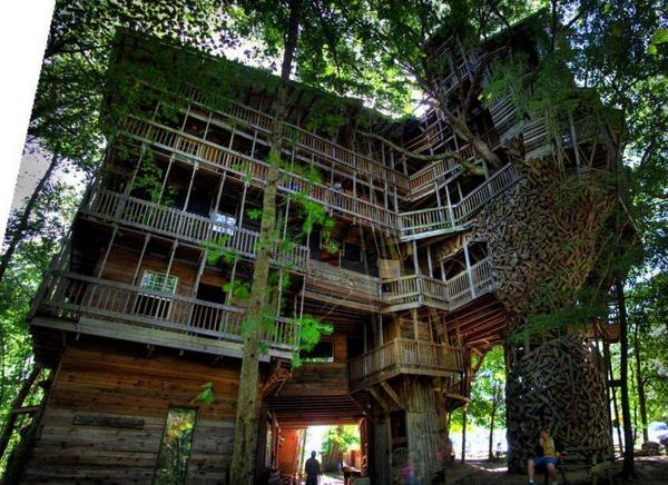 A Tennessee man fulfilled his dream of building the world's largest treehouse: http://t.co/3Q81VVZyrw