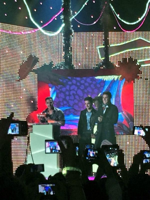 Carlos accepting the blimp for Favorite International Artist! #KCAColombia http://t.co/7UXExmzQ15