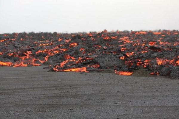 Lava is starting to flow over the black sands. (Image Höskuldsson, mbl.is) #bardarbunga #ashtag #travel #ttot http://t.co/meQXy5nlEz