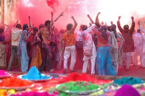 test ツイッターメディア - 【ホーリー祭】 (インド)  祭りが始まると友人知人はもとより通りがかった見知らぬ人にまで顔や身体に色粉を塗りつけたり、色水を掛け合ったりします。色粉を塗りあった後は「ハッピー・ホーリー」と言いながら抱き合うことも多い。 https://t.co/V1iVAHrtjm