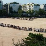떠나는 교장 선생님께 학생과 교사 700명이 '인간 하트'를 선물해준 학교가 있습니다. 서울형혁신학교 '초대 교장' 이영희 교장을 보내는 선사고 교사 학생들입니다. http://t.co/VEv3BBAwUL http://t.co/pxSIEjqcoF