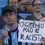 """RT @SNewsGremio: """"O Grêmio não é racista"""" - Diz o cartaz do torcedor na Arena do Grêmio. http://t.co/9i7OLKni1I"""