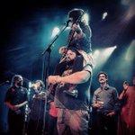 Lisa LeBlanc (@lisaleblancyo) sur les épaules de Serge, chanteur du groupe @LesHotesses. #125MarieAnne http://t.co/fQnl0oaZ5n