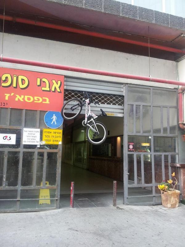 קשר בלילה את האופניים לשער סגור, עכשיו פתחו את השער.  גיחגחתי על זה לפחות 5 דקות http://t.co/RLy21bsVrP