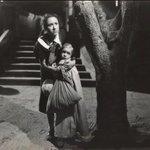 """Se nos murió La Tucita... Aquí al lado de Eva Muñoz """"Chachita"""" en """"Las dos huerfanitas"""" (1950) de Roberto Rodríguez http://t.co/6tKdnmKmK8"""