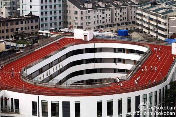 ちょっと客家の家っぽいと思ってしまった。RT @livein_china: 浙江省台州市にある小学校が、屋上を陸上トラックに http://t.co/sQXAW5C7v8 http://t.co/hSoobWsqmC