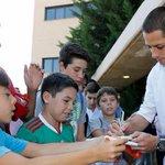 ▶️ VIDEO: Chicharito reparte sus primeros autógrafos como jugador merengue http://t.co/dZMS82e98i (vía @laaficion) http://t.co/ADaYEj7f2k