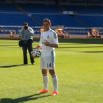 RT @Azteca_Deportes: Primera imagen de @CH14_ con el uniforme del @realmadrid en el Estadio Santiago Bernabéu http://t.co/RBWiB0OVSW