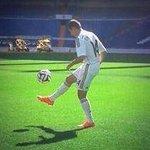 """""""@Footballogue: [#Transfert] Chicharito présenté au Bernabéu ! http://t.co/PP6Ufp67tw"""" le stade il est vide mdrr y avais même pas son daron"""