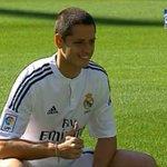 Chicharito luce el uniforme del Real Madrid en el Bernabéu. Usará el dorsal 14. #BienvenidoChicharito #HalaMadrid http://t.co/ll6ZanFF5r